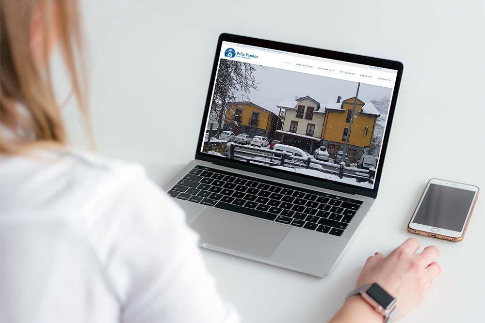 Diseño web Hotel Peña Pandos MacBook