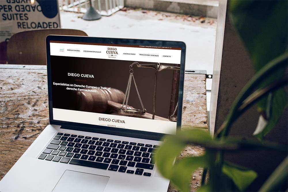 Diseño Web Abogados Cueva Diaz MacBook